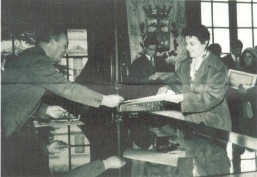Il sindaco consegna i primi diplomi nel 1957